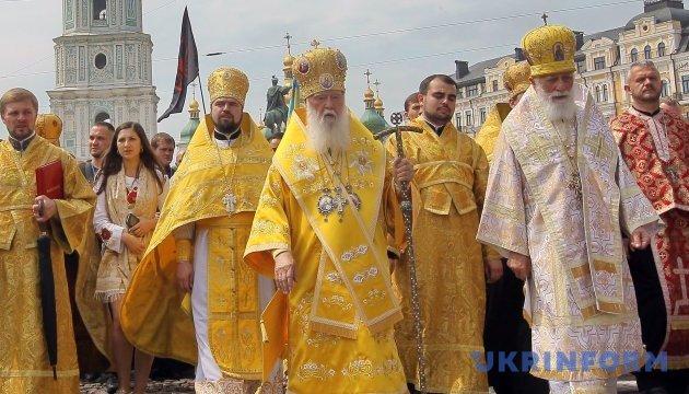 Киевский патриархат: разноцветные ризы, портреты погибших и камуфляж