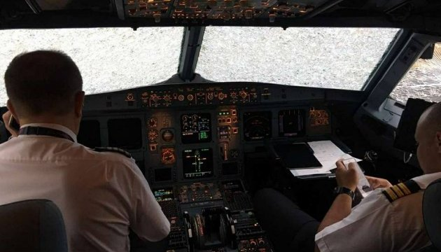 Українські пілоти наосліп посадили побитий градом літак