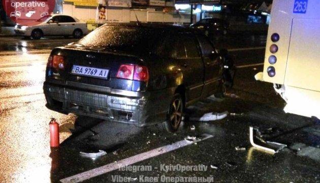 В Киеве автомобиль влетел в маршрутку на остановке, есть пострадавшая