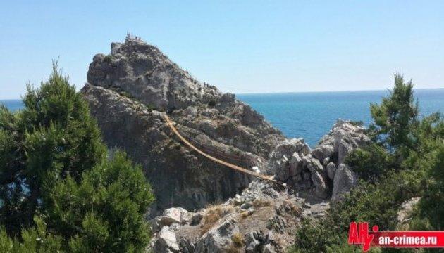 У Сімеїзі зламався тільки-но збудований міст між крутими скелями