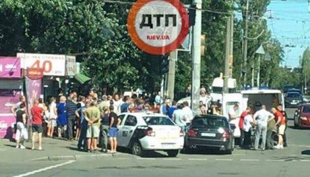 В Киеве автомобиль влетел в толпу людей, есть пострадавшие