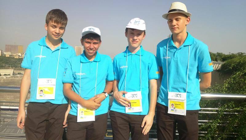 На фото (зліва направо) третій Антон Ципко