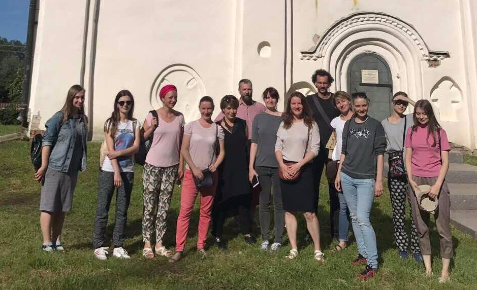 На фото: група молодих художників, які 16 серпня відправилися на