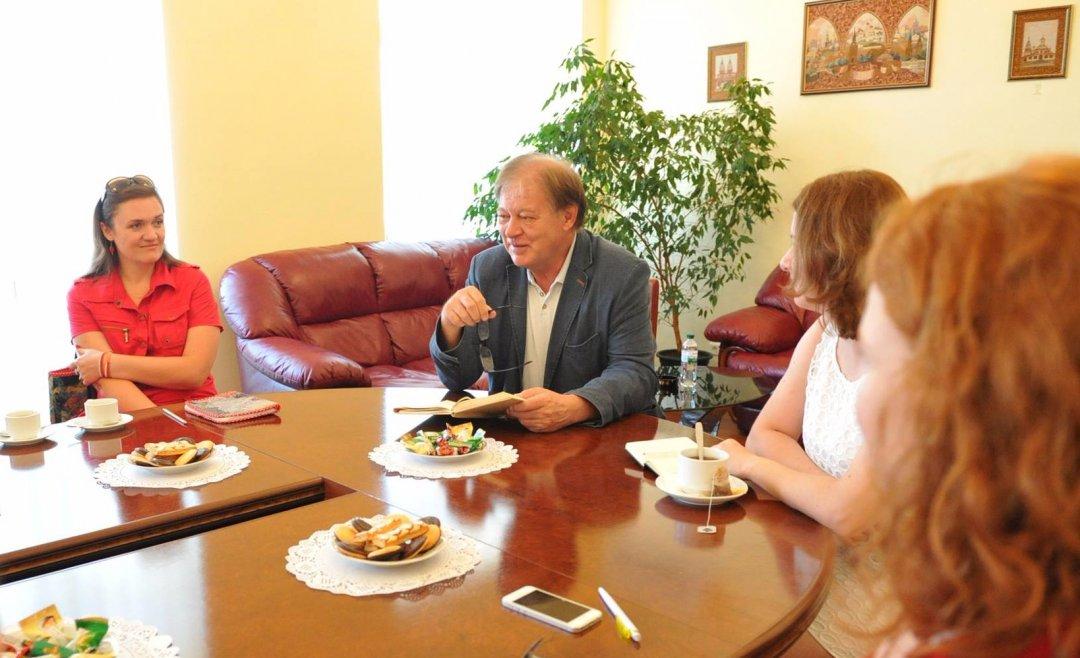 На фото: житомирська художниця Ольга Дідковська (ліворуч) і керівник представництва