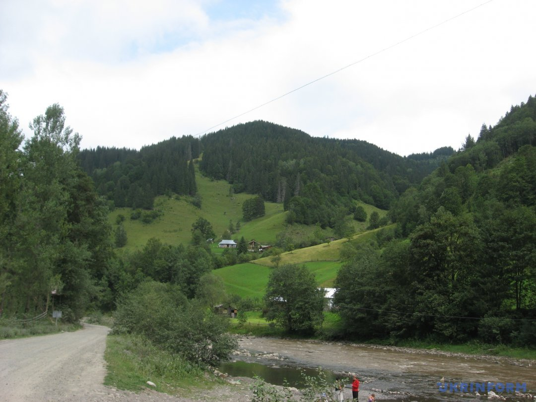ижня частина села, місце злиття річок Дземброня і Чорний Черемош