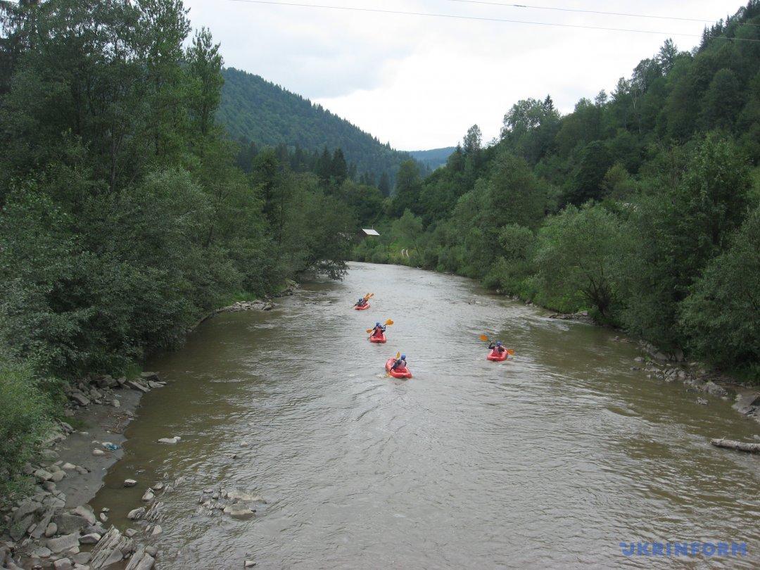 сплав на байдарках річкою Чорний Черемош