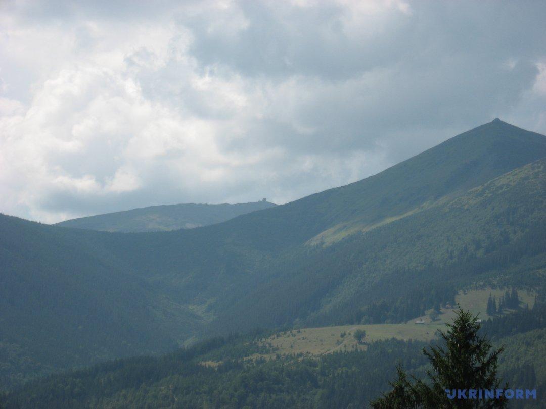 обсерваторія на Піп Івані і гора Смотрич (вид із Дземброні)