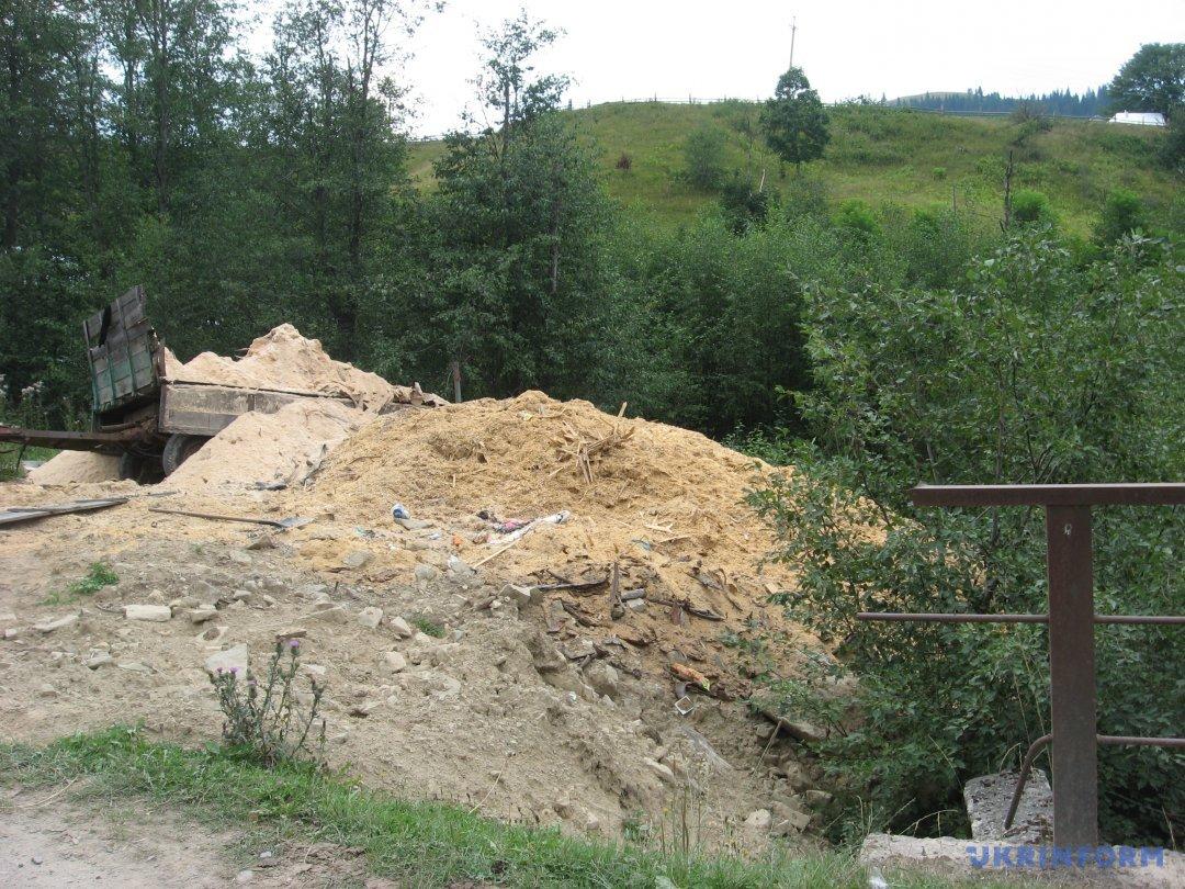 відходи деревопереробки на березі річки