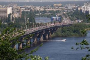На мосту Патона в Києві втретє за пів року прорвало трубопровід