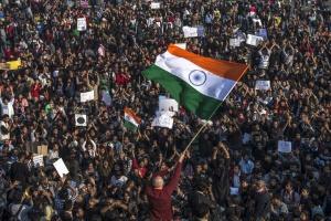 Во время протестов в Индии погибли уже шесть человек