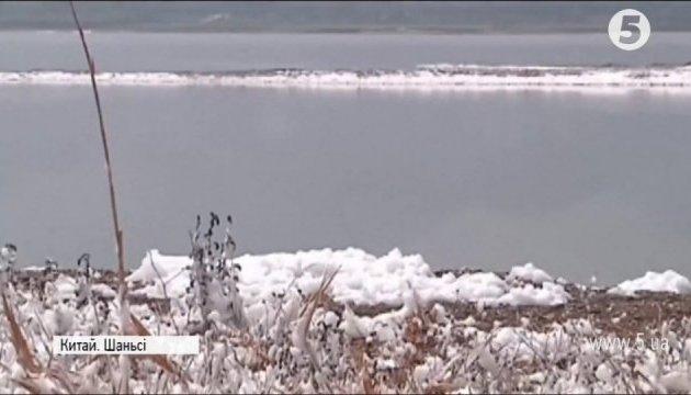 В Китае посреди лета снег накрыл целое озеро