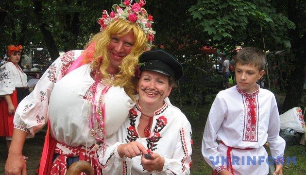 Сало з яблуками і женихи з гарбузами: Отакий він сільський карнавал