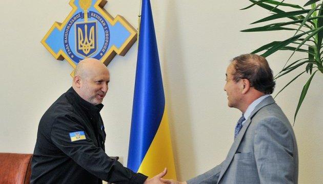 Турчинов обговорив з послом Кореї поглиблення військово-технічної співпраці