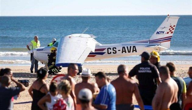 В Португалии на пляж аварийно сел самолет: есть погибшие