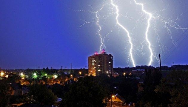 ДСНС попереджає про грози, сильний дощ і град сьогодні вУкраїні