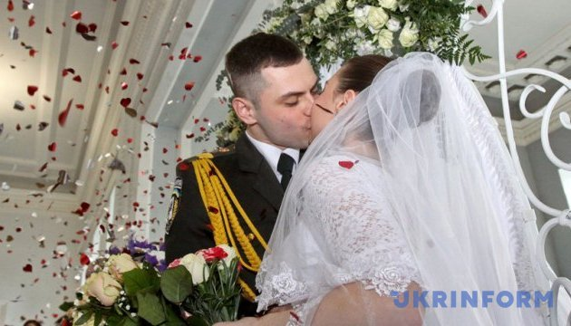Понад десять тисяч українців планують весілля на