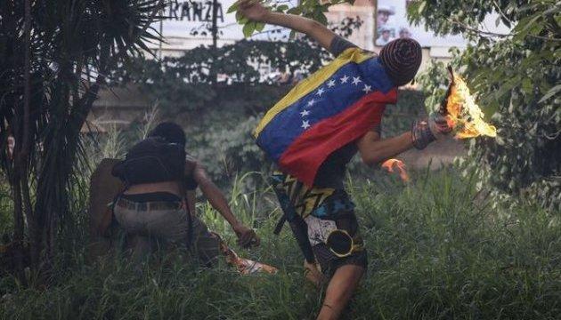 """У Венесуелі посольство Іспанії від """"коктейлів Молотова"""" врятував дощ"""