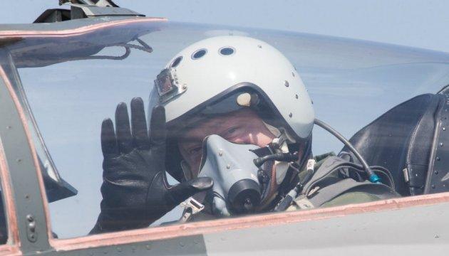 Le président Petro Porochenko a piloté un chasseur MiG-29 (vidéo)