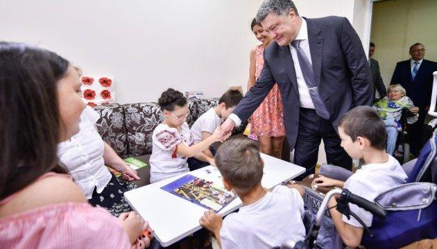 Порошенко в Виннице посетил Центр реабилитации детей и молодежи