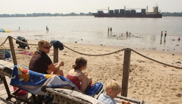 Жінка на пляжі в Німеччині переплутала  отруйний фосфор з бурштином