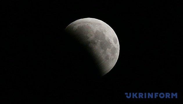 Під час місячного затемнення вперше зафіксували падіння метеорита