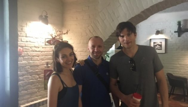 Estrellas de Hollywood Mila Kunis y Ashton Kutcher llegan a Chernivtsi
