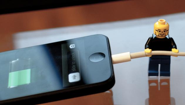 Школьник из Днепра изобрел устройство, которое заряжает телефон от ходьбы
