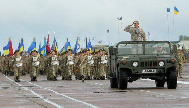 An Militärparade in Kiew nehmen Einheiten der 10 Nato-Partnerländer teil