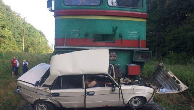 На Львівщині потяг розчавив легковик на переїзді: четверо загиблих