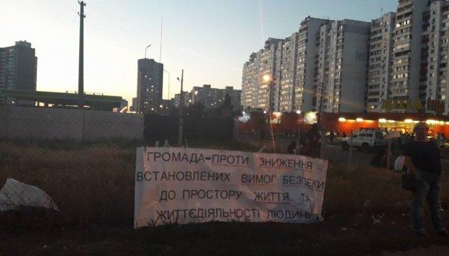 Близько сотні киян перекрили рух по Ревуцького через будівництво АЗС