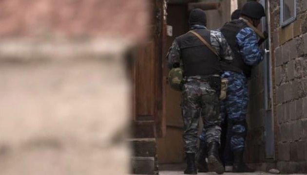 Укримському селі озброєні російські силовики заблокували вулицю для обшуку мусульман