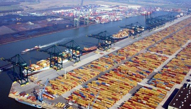 Контейнеровоз, що сів на мілину, заблокував другий за величиною порт Європи