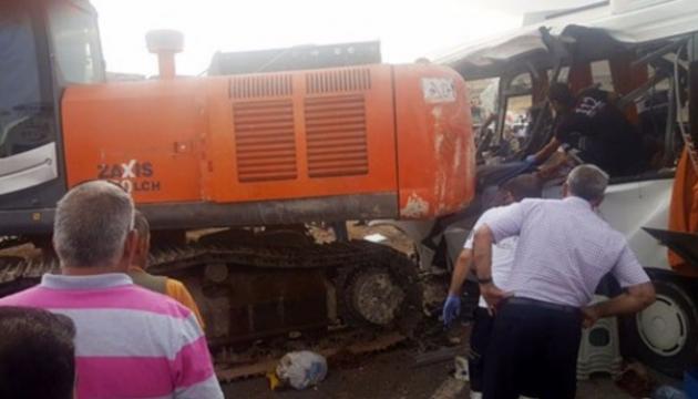 В Туреччині підйомний кран впав і протаранив автобус з пасажирами