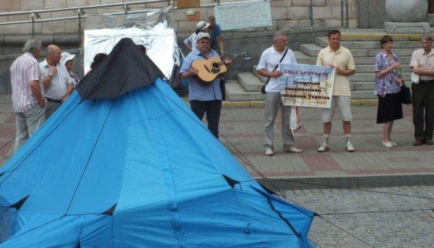 Черкаські письменники розбили протестне наметове містечко під облрадою