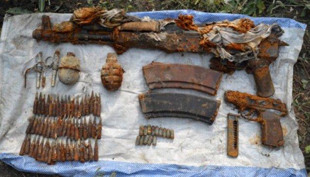 Житель Донецької області знайшов мішок зі зброєю в городі