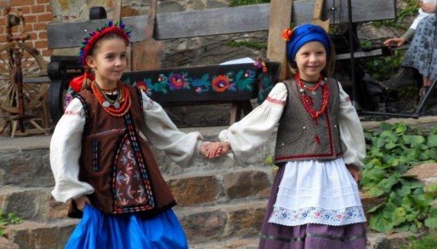 Дитячі автентичні костюми користуються популярністю у діаспори - майстриня