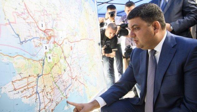 Гройсман обіцяє майже 80 вагових комплексів на дорогах до кінця року