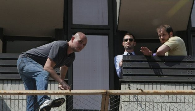 Чоловік обіцяє викинутися з вікна готелю Хрещатик: вимагає російського консула