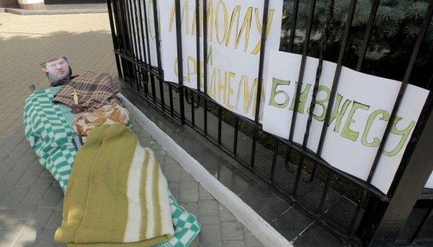У Харкові активісти принесли підлеглим Насірова картату ковдру