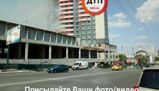 У центрі Києва горить новобудова