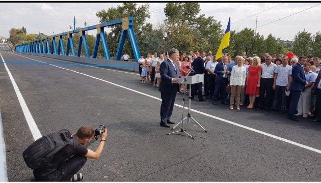 """Порошенко: Будівництво дороги """"Харків-Ізюм-Слов'янськ"""" має бути серед пріоритетів"""