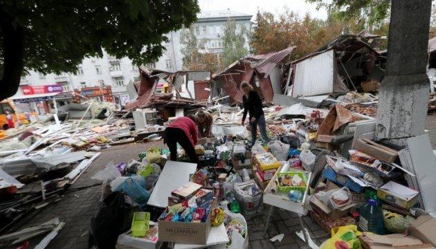 В Києві знесли чергові МАФи — товар упереміш з уламками