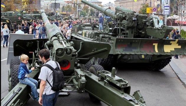 На Хрещатик звозять військову техніку для виставки озброєння