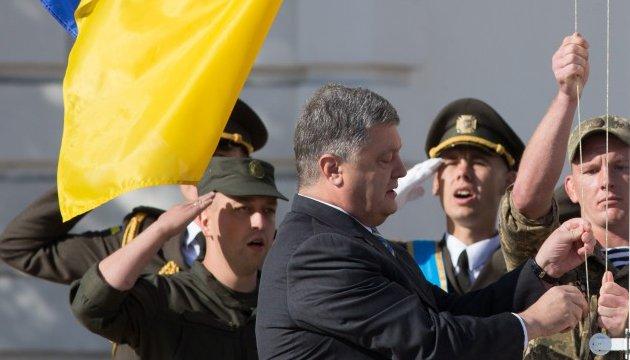 Порошенко: Російських окупантів від українського прапора корчить, як чортів від ладану