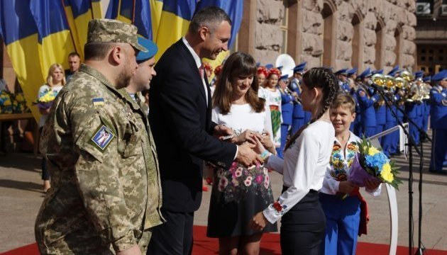 Klitschko gives passports to young residents of Kyiv
