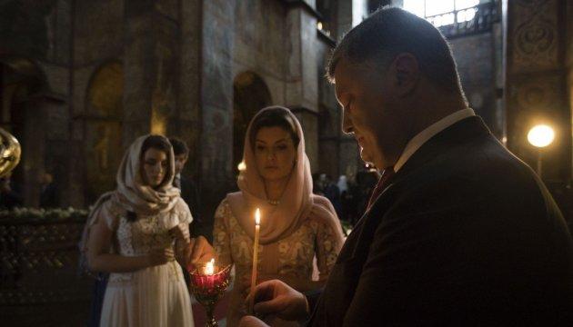 Порошенко із родиною, спікер та уряд помолились за Україну