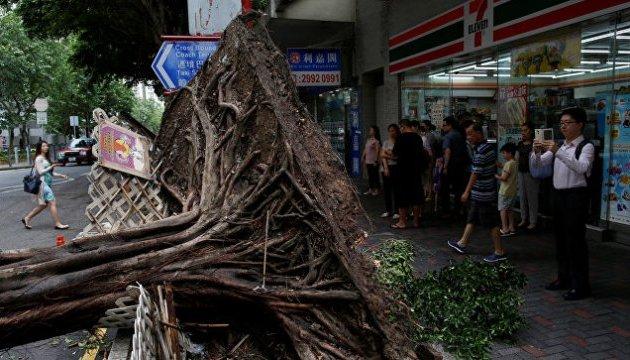 Тайфун у Гонконгу: місто Макао виглядає так, наче в ньому йде війна