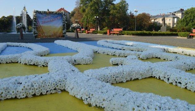 В Ужгороде создали трезубец из живых хризантем на главной площади