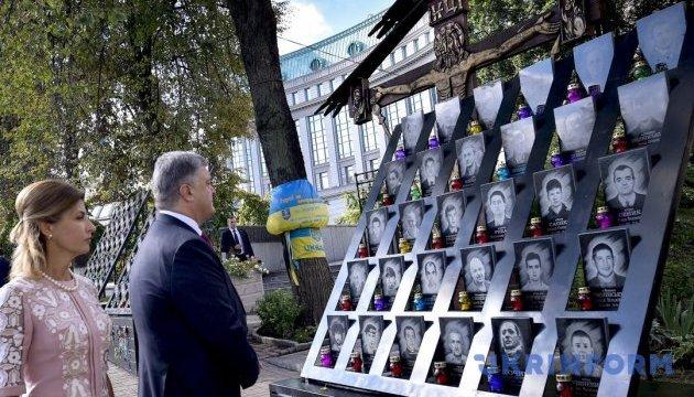 Президент з родиною вшанував пам'ять Героїв Небесної сотні