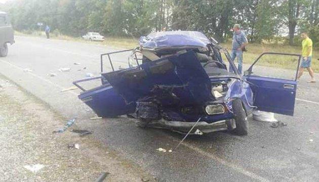 Смертельна ДТП на Вінниччині: ВАЗ влетів у Mitsubishi та вантажівку